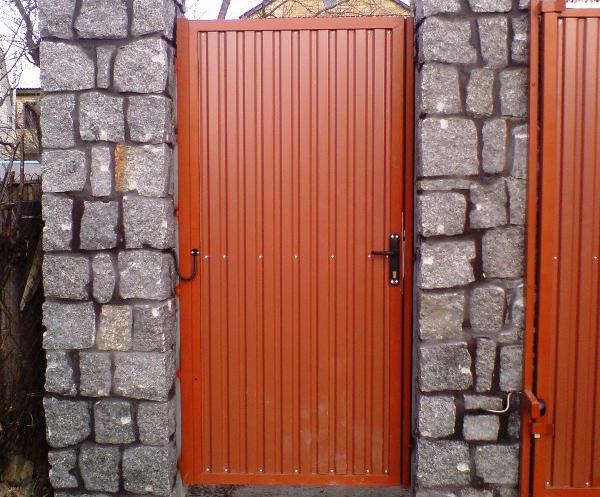 Распашные автоматические ворота с забором